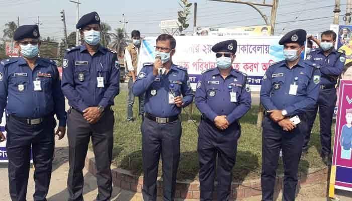 নাটোরে 'নো মাস্ক নো এন্ট্রি' কার্যক্রম শুরু করেছে জেলা পুলিশ