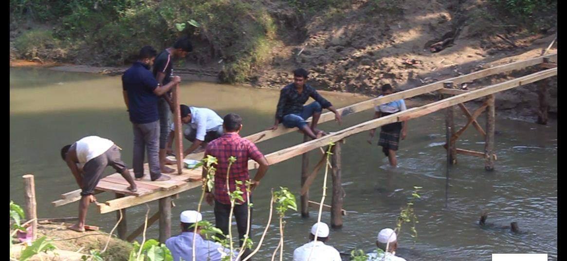 মাটিরাঙ্গায় নিজের টাকায় সেতু নির্মাণ করে দিল সুমন